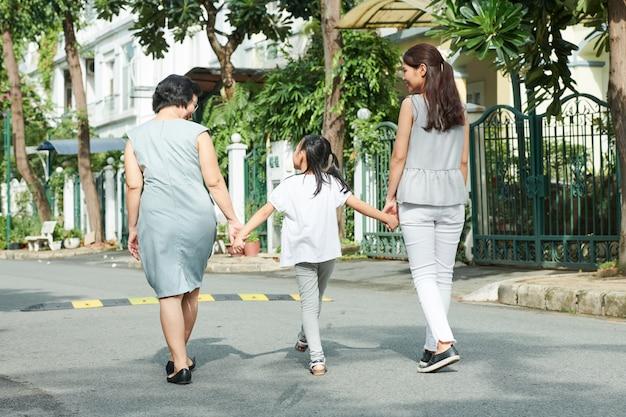 Famille marchant dans la ville