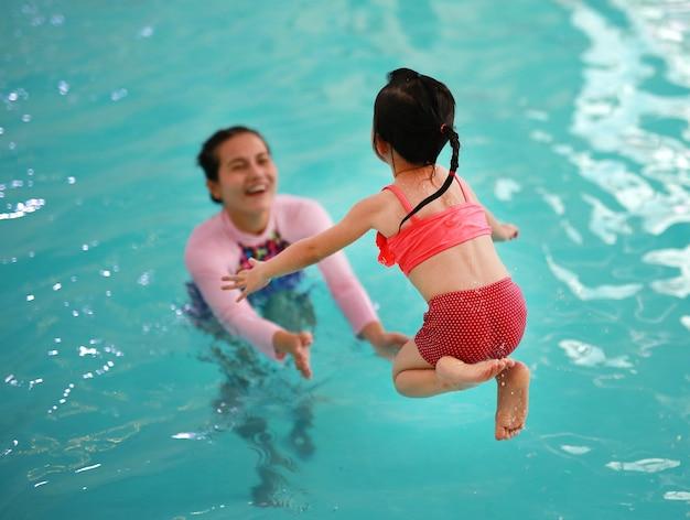Famille, mère, enseignement, gosse, dans, piscine