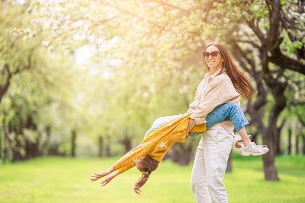 Famille, mère, fille, fleurir, cerise, jardin