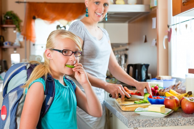 Famille, mère préparant le petit déjeuner pour l'école