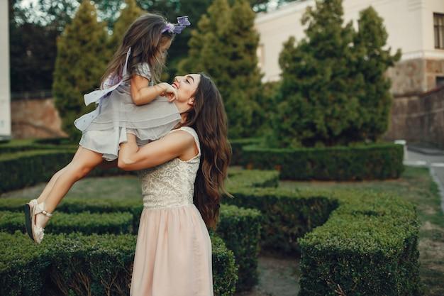 Famille mignonne et élégante dans un parc d'été