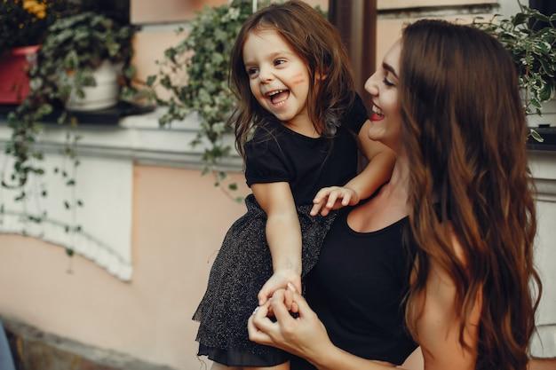 Famille mignonne et élégante dans une ville d'été