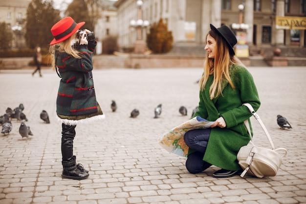 Famille mignonne et élégante dans une ville de printemps