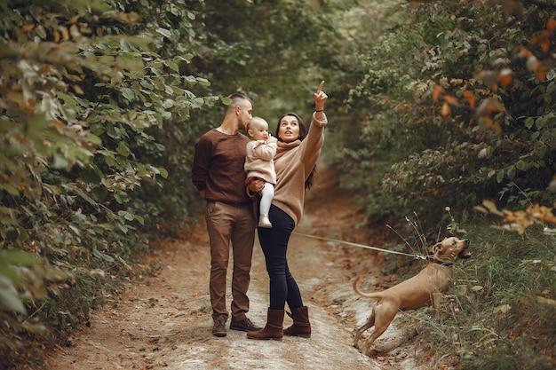 Famille mignonne et élégante jouant dans un champ
