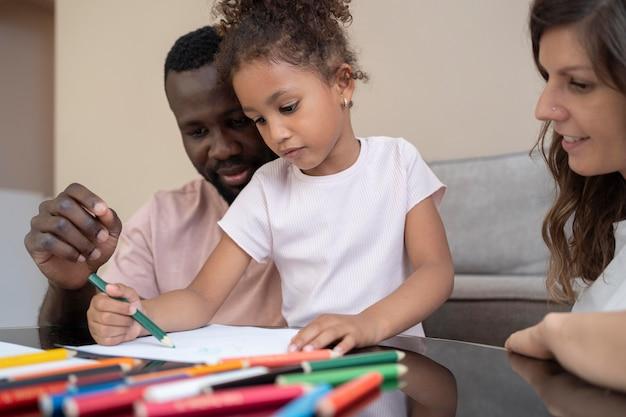 Famille mignonne passant du temps de qualité ensemble à la maison