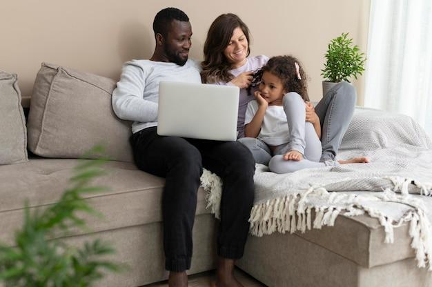 Famille mignonne passant du temps de qualité ensemble