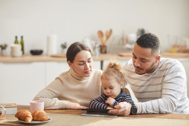 Famille moderne, utilisation, tablette numérique, à, mignon, petite fille