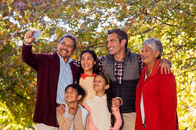 Famille multi-génération prenant selfie au parc