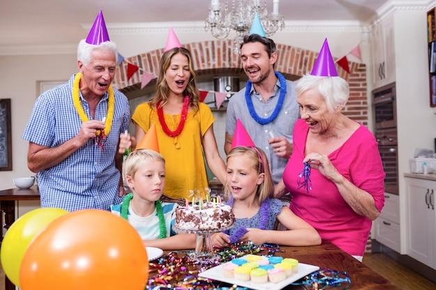 Famille multi-génération s'amusant à la fête d'anniversaire