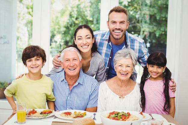 Famille multi génération à table