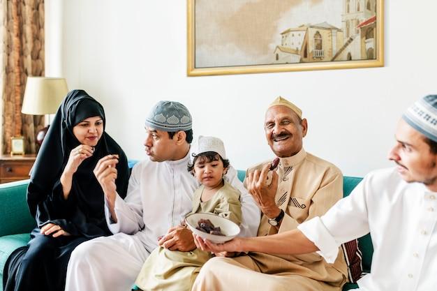 Famille musulmane ayant des dattes séchées comme collation