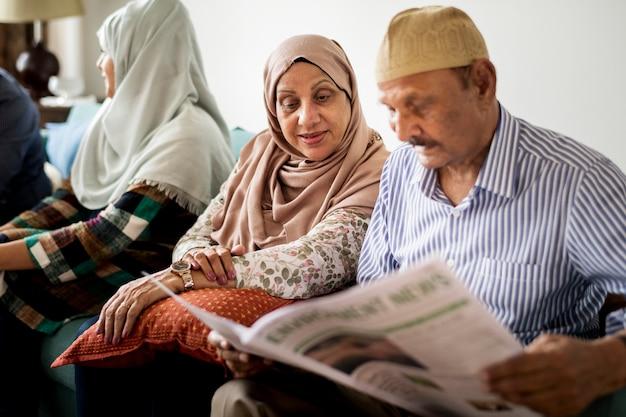 Famille musulmane lisant les nouvelles