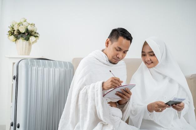 Famille musulmane prépare ses bagages avant le hadj