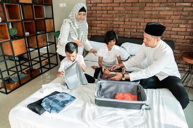 Une famille musulmane prépare des vêtements
