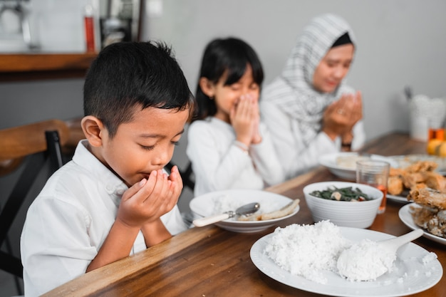 Famille musulmane priant