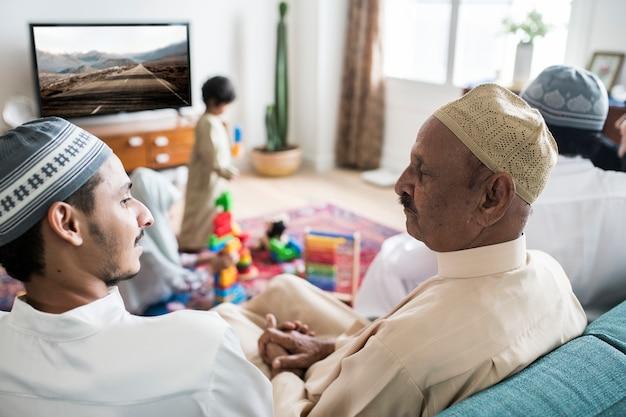 Famille musulmane relaxante à la maison