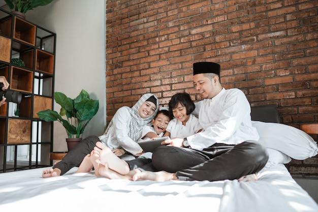 Famille musulmane avec tablette ensemble