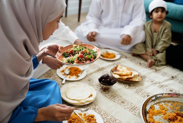 Famille musulmane en train de dîner par terre