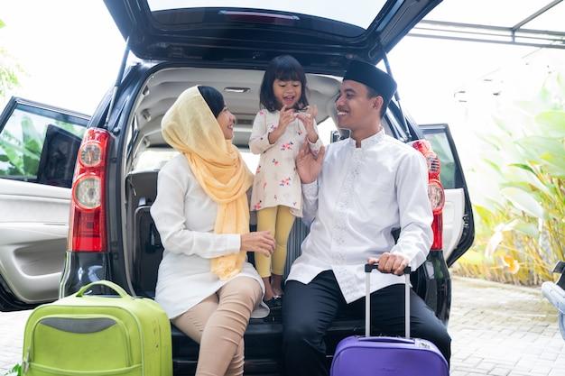 Famille musulmane avec valise avant de voyager