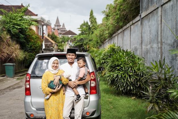 Une famille musulmane voyage en voiture lors de la célébration de l'aïd mubarak