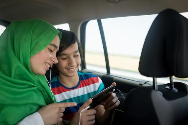 Famille musulmane voyageant en voiture