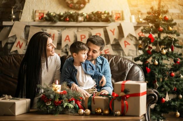 Famille à noël avec des cadeaux