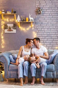 Famille de noël avec deux enfants dans un beau salon