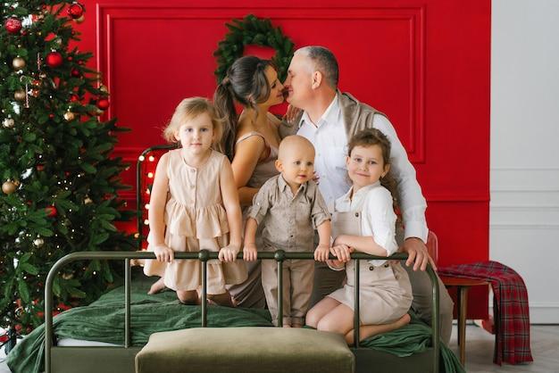 Famille de noël avec des enfants. heureux parents et enfants souriants