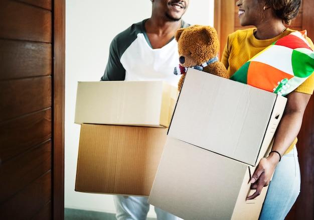 Famille noire emménageant dans sa nouvelle maison