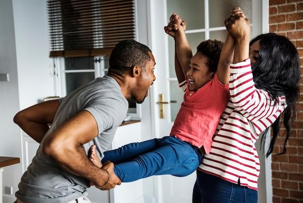 Une famille noire passe du temps ensemble