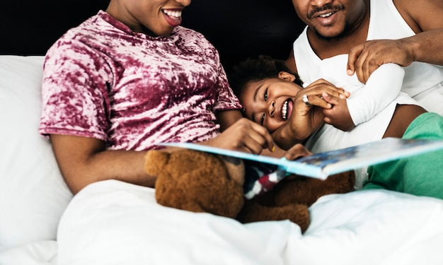 Famille noire passer du temps ensemble aimer le bonheur