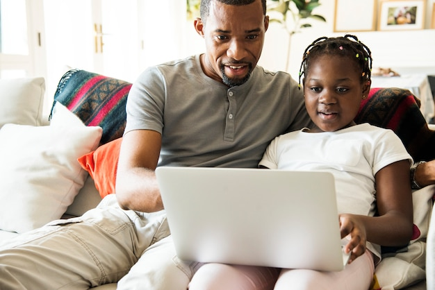 Famille noire passer du temps ensemble