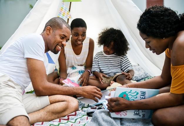 Famille noire profitant de l'été ensemble dans la cour