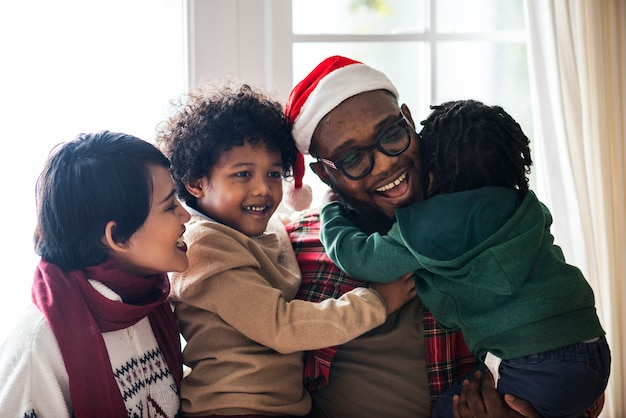 Une famille noire profitant des vacances de noël