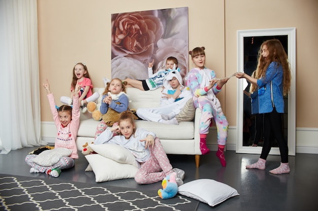 Famille nombreuse, les enfants s'amusent et jouent le matin à la maison. garçons et filles