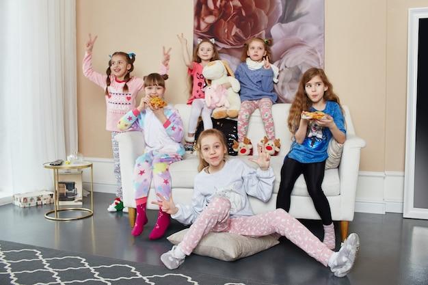 Famille nombreuse, les enfants s'amusent et jouent le matin à la maison