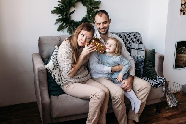 Famille ouverture présente à la maison