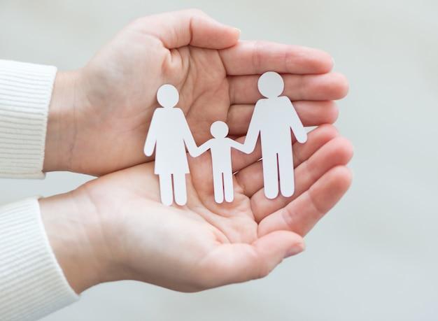 Famille de papier découpé dans les mains