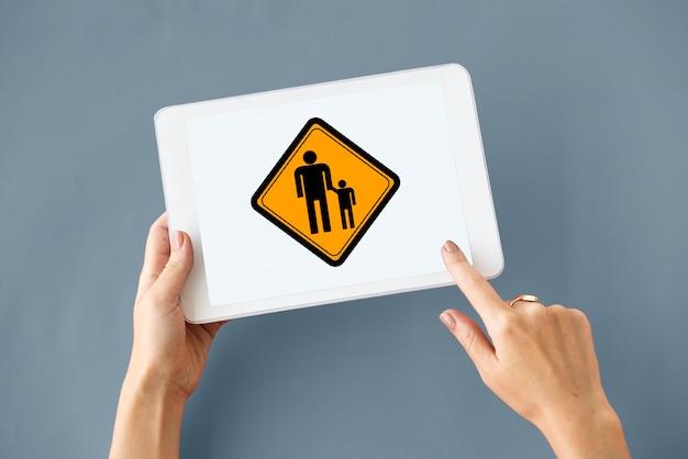 Famille parents enfants ensemble signe