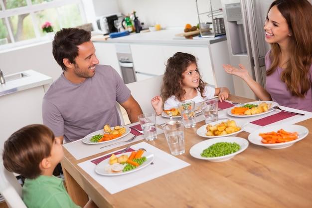 Famille parlant autour de la table du dîner