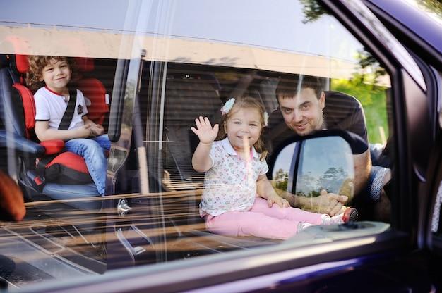 La famille part en excursion en minibus