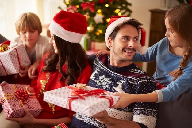 Famille partageant les cadeaux de noël