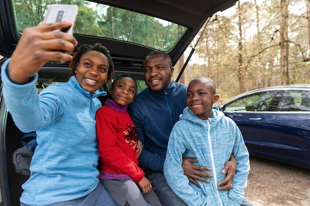 Famille partant à l'aventure ensemble