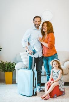 Famille partant en vacances.