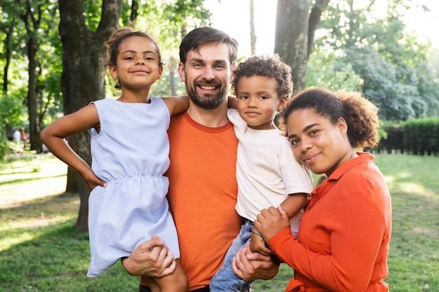 Famille passant du temps ensemble à l'extérieur dans le parc