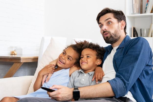 Famille passant du temps ensemble à l'intérieur
