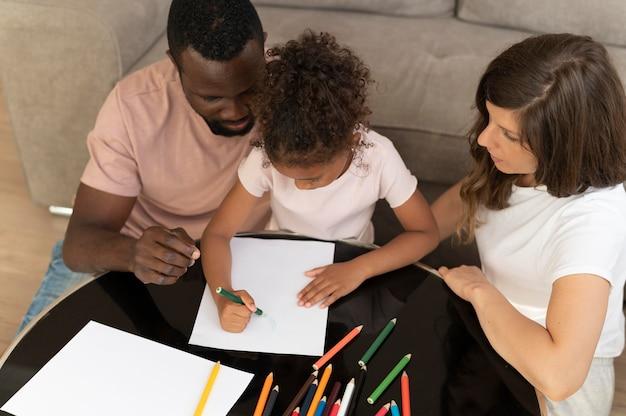 Famille passant du temps ensemble à la maison
