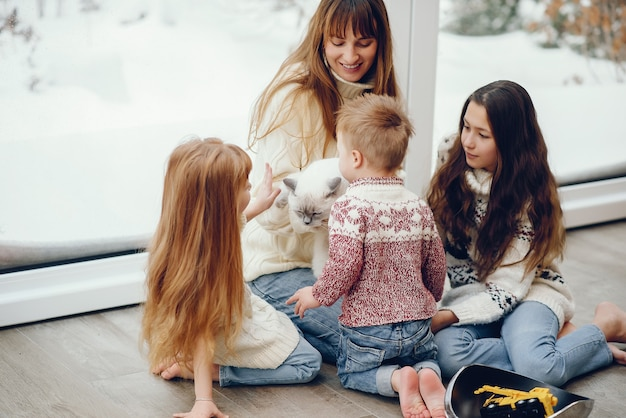 Famille passant du temps à la maison et debout près de windons
