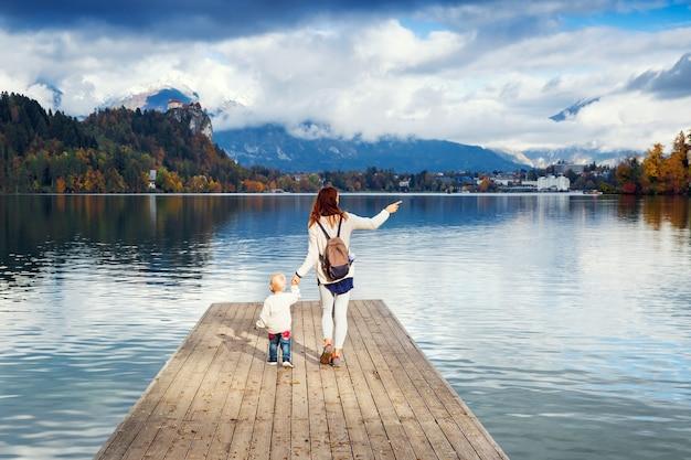 La famille passe les vacances dans un beau lac alpin