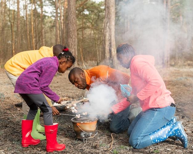 Famille passer du temps ensemble dans les bois